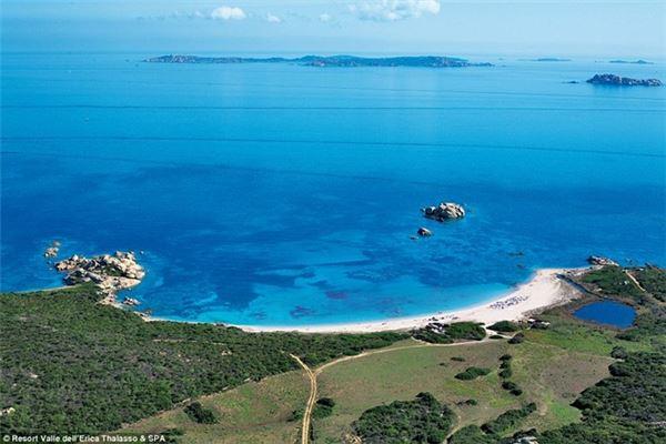Valle dell'Erica nằm gần Santa Teresa Gallura ở Sardinia, Italy, cách sân bay Olbia khoảng một tiếng đi xe.