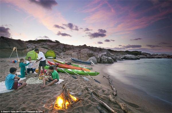 Tại đây, du khách có thể đăng ký học lướt ván buồm, chèo thuyền hay lướt sóng bằng dù lượn.