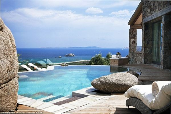 Người có hầu bao rủng rỉnh hơn có thể ở tại phòng Suite Arcipegalgo có bể bơi và hiên tắm nắng riêng.