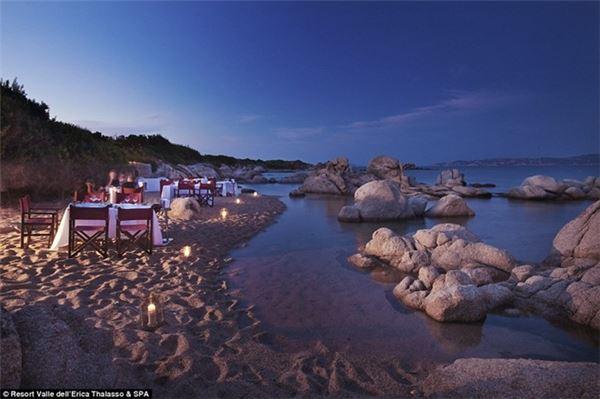 Du khách có thể chọn lựa một trong 6 bãi biển tuyệt đẹp của resort, thưởng thức bữa tối riêng tư bên bạn đời.