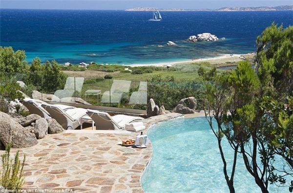 Bạn cũng có thể nằm thư giãn, tắm nắng cạnh bể bơi.