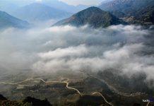 Ngải Thầu là một xã vùng cao nằm giáp biên giới phía Bắc của huyện Bát Xát, tỉnh Lào Cai. Nơi đây khí hậu ôn đới, quanh năm mây mù bao phủ tạo thành khung cảnh huyền ảo. Trong ảnh là khung cảnh mây vờn vào mỗi sớm mai trên thung lũng Thiên Sinh nhìn từ Ngải Thầu.