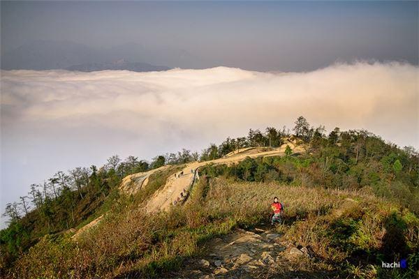 Mùa săn mây lý tưởng là mùa đông và xuân kéo dài từ tháng 11 đến tháng 4 dương lịch năm sau. Tuy nhiên, những khung cảnh biển mây nơi đây mỗi lúc, mỗi ngày lại khác nhau khiến cho những ai chưa đến thì thèm muốn mà đến rồi thì càng phải ước ao quay lại lần nữa.