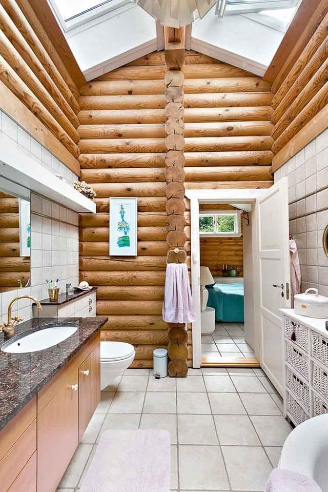 Nhà tắm rộng thoáng và được thiết kế hiện đại.