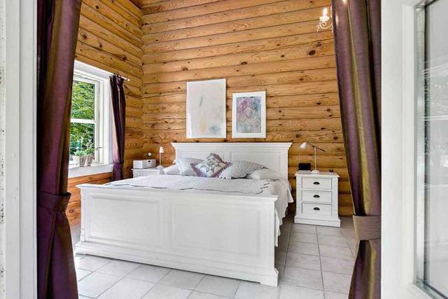 Có rất nhiều phòng ngủ trong căn nhà này. Đây là phòng ngủ lớn được thiết kế tuyệt đẹp với cửa sổ rộng mở ra bên ngoài.