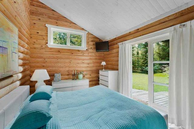 Còn đây lại là căn phòng khác với bộ chăn, ga,gối màu xanh mát mắt.