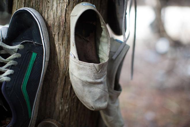 Khu rừng bí ẩn ở Canada: Hàng trăm đôi sneakers bị đóng đinh lên cây, không ai biết lý do vì sao - Ảnh 17.