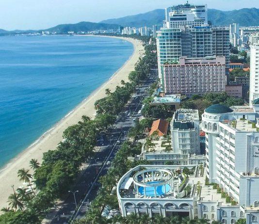 Khách sạn khu vực trung tâm có tầm nhìn xuống bãi biển rất đẹp.