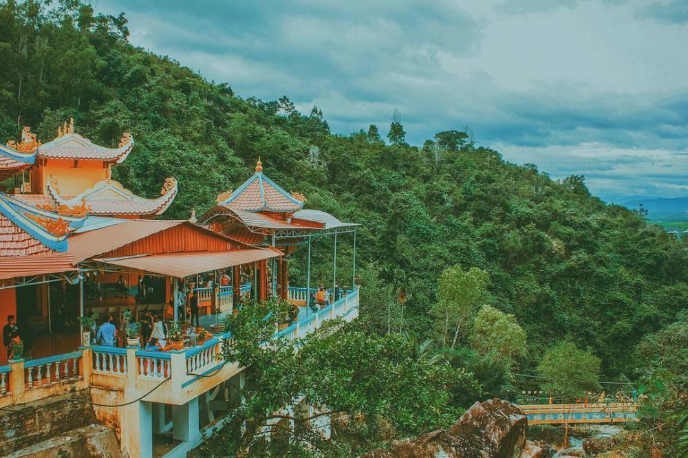 Tọa lạc ở phía Tây dãy núi Hoàng Ngưu, huyện Diên Khánh, chùa Suối Đỗ là một trong những địa điểm ngắm nhìn Nha Trang từ trên cao lý tưởng. (Ảnh: thienphu1608)