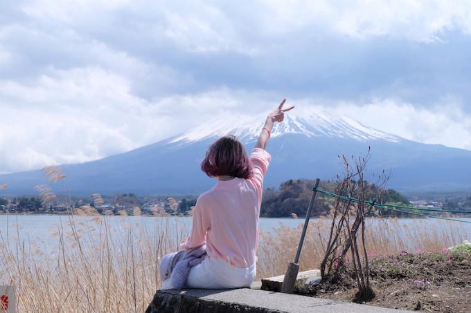 Hồ Kawaguchi là 1 trong 5 hồ Fuji Goko (Phú Sĩ Ngũ Hồ) nằm ở Fujisanroku phía Yamanashi-ken. Cảnh hồ Kawaguchi và cảnh núi Fuji ngắm từ hồ này du khách có thể thấy sự khác nhau rõ rệt của cảnh sắc từng mùa. Mùa xuân có thể ngắm hoa anh đào, hoa Mitsubatsutsuji (tên khoa học là Rhododendron dilatatum)&làm không gian nhuốm sắc đỏ, sắc hồng&, ngoài ra có thể hái trái cây như quả dâu, quả blueberry (Việt quất xanh), quả Sakuranbo ở trang trại thành phố Lake Kawaguchi-chou, nơi có hồ Kawaguchi. Vào mùa hè, hoa Lavandula (oải hương Hà Lan) màu tím khoe sắc đua nở ven bờ hồ, tạo ra một quang cảnh thật dễ chịu và thoải mái. Vào mùa thu có lá đỏ với nhiều màu sắc khác nhau tạo ra một quang cảnh thật đẹp được nhuộm bởi màu đỏ, màu vàng&. Buổi tối khi tổ chức light-up (thắp đèn) lên cây lá đỏ, thì tạo ra một quang cảnh mới khác hẳn với quang cảnh ban ngày. Vào mùa đông, ở đây còn tổ chức Lễ hội cây đóng băng, có thể thưởng thức mẫu vật bằng băng được thắp đèn và những cây đóng băng với độ cao lên đến 10m, nhờ vậy chúng ta có thể tận hưởng một cảnh sắc huyền ảo mơ mộng được thêu dệt bởi tuyết, băng và ánh sáng.