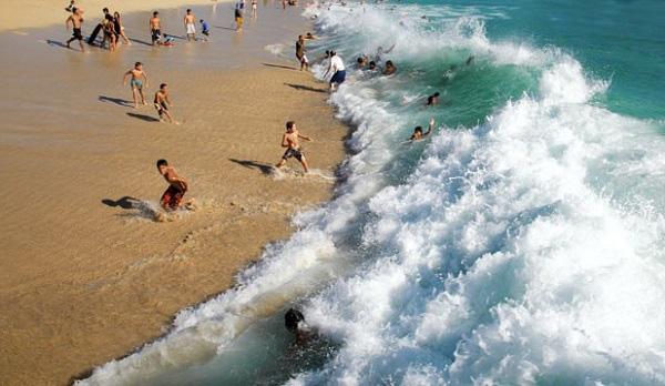 """Bí kíp thoát khỏi """"dòng nước tử thần"""" khi tắm biển 9"""