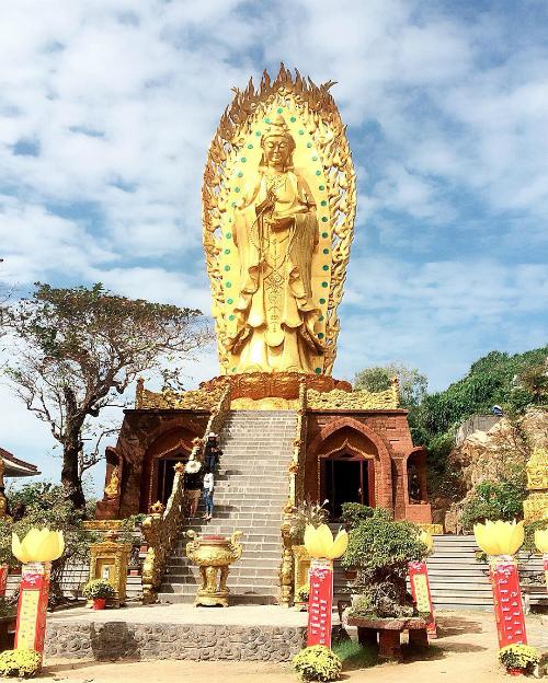 Phía dưới pho tượng được xây theo kiến trúc đá ong đặc trưng của Bình Định. Ảnh: truclinh96