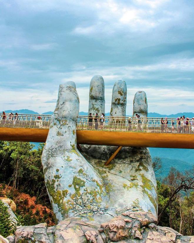 Báo nước ngoài viết về Cầu Vàng Đà Nẵng, đồng loạt khen vẻ đẹp nghẹt thở, như bước ra từ phim Chúa tể những chiếc nhẫn - Ảnh 2.
