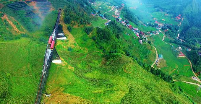 Fansipan, Sa Pa mùa này thu hút du khách bởi màu lúa chín trải dài thung lũng Mường Hoa. Bạn có thể bước trên cỏ mềm hay ngồi tàu hỏa leo núi trải nghiệm tour du lịch ngắm lúa dọc suối Hoa.