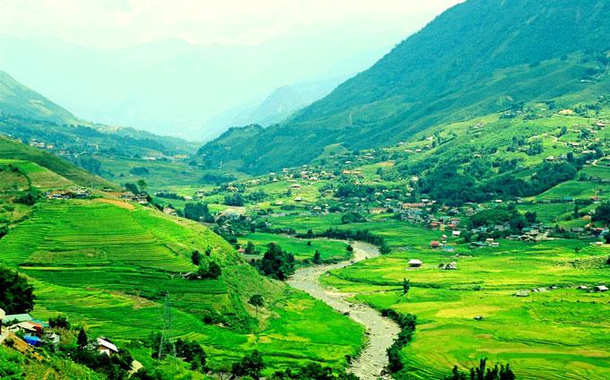 Lúa chín cũng là mùa cao điểm du lịch Tây Bắc. Từ đầu tháng 9, du khách khắp nơi đổ về Lào Cai, Yên Bái, Hà Giang... để đón trọn một mùa vàng rực rỡ. Hiện tại, thung lũng Mường Hoa là điểm vàng của Tây Bắc.