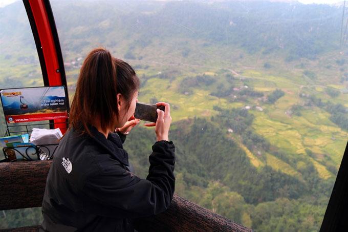 Khi rời khỏi nhà ga, du khách có cơ hội ngắm nhìn Tây Bắc trên cao từ cabin cáp treo. Mùi hương lúa, mây, thảo mộc hòa quyện, phảng phất trong không gian thơ mộng.