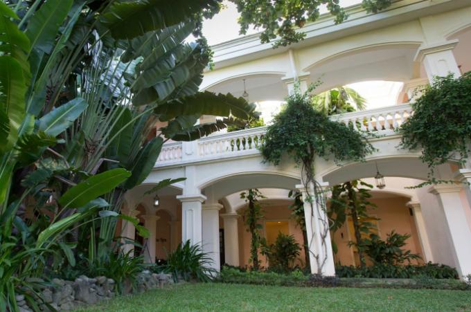 Anantara Hoi An Resort ghi điểm nởi không gian sân vườn xanh mát bên sông Thu Bồn.