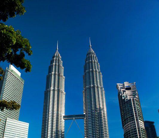 Tháp đôi Petronas   Tháp đôi Petronas tại trung tâm thành phố Kuala Lumpur - biểu tượng mỗi khi nhắc đến Malaysia, luôn tập trung đông du khách chụp ảnh, check-in. Những trải nghiệm bên trong tòa tháp để lại ấn tượng mạnh cho du khách như Trung tâm Khám phá khoa học Petrosains tại Suria Kuala Lumpur, cầu trên không Skybridge nối liền hai tòa tháp đôi, đài quan sát Observation Deck tại tầng 86 - nơi mở ra khung cảnh ngoạn mục của Kuala Lumpur trên một tầm cao mới.