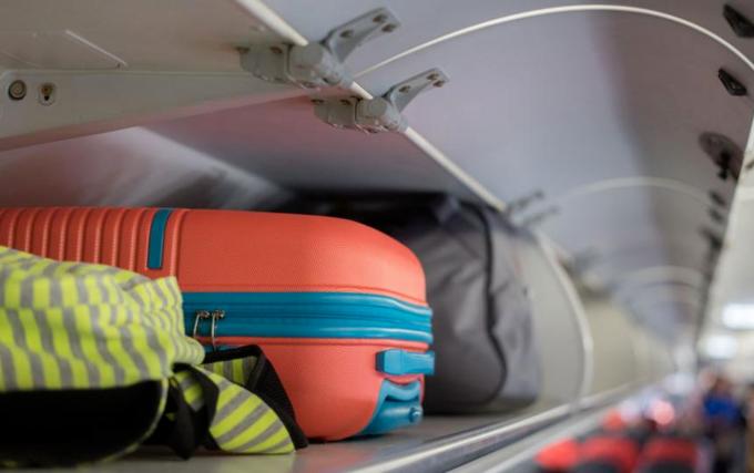 Quy định của đa phần các hãng hàng không trên thế giới đều chỉ cho phép hành khách mang kiện đồ xách tay trong khoảng 5-10 kg, phổ biến nhất là 7kg