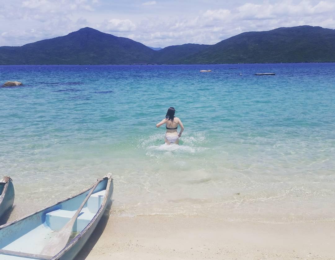 Bờ cát mịn bên dòng nước trong vắt - Ảnh: @lolbeckett