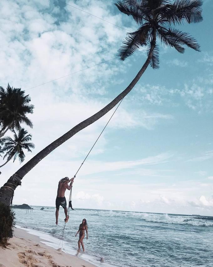 Bức ảnh du lịch 'thót tim' gây tranh cãi của đôi tình nhân mê biển