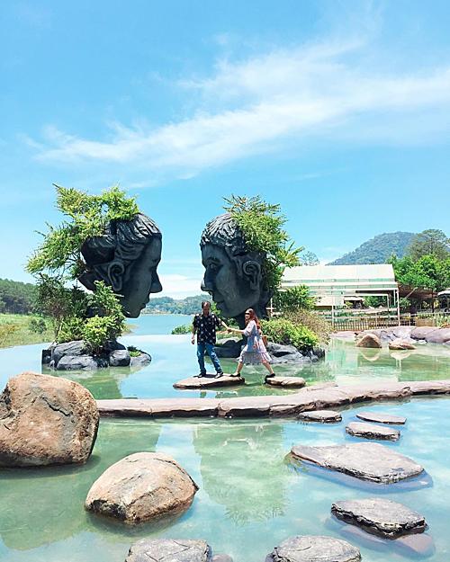 Vào những ngày nắng, mặt hồ trong suốt, nước xanh ngọc, hòa sắc với bầu trời, ngỡ như chẳng có gìphân cách. Từ đây, du khách có thể hướng tầm mắt xuống hồ Tuyền Lâm ở phía xa. Ảnh: _tranthaovy_
