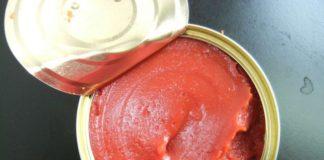 1. Sốt cà chua đóng hộp  newmanfoods.com Sốt cà chua đóng hộp là một kẻ giết người ngụy trang. Nó có một nguồn đường ẩn và thậm chí bạn sẽ không bao giờ nghĩ rằng nó có thể dẫn đến tăng nguy cơ béo phì, tiểu đường, bệnh tim và thậm chí là sâu răng. Để tránh những vấn đề này, hãy sử dụng cà chua tươi để tự làm nước sốt, hoặc chuyển sang cà chua xay nhuyễn mà không cần thêm đường hoặc muối và thêm gia vị của riêng bạn. Hoặc ít nhất là đi cho các thương hiệu có ít đường và natri.