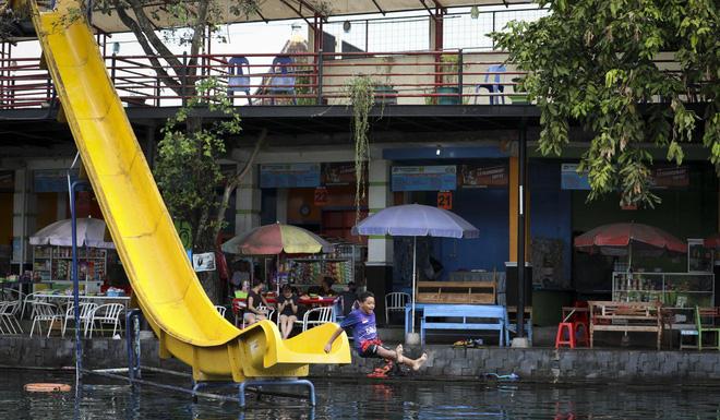 Dân du lịch Indonesia đổ xô đến sống ảo dưới nước tại ngôi làng có một không hai này - Ảnh 7.