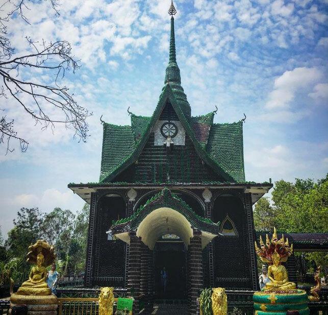 Ngôi đền Wat Pa Maha Chedi Kaew được tạo ra từ 1,5 triệu chai bia màu xanh, được đập vỡ để ốp bên ngoàingôi đền. Các nhà sư đã nhờ sự giúp đỡ của người dân, thay vì vứt chai bia cũ đi thì đập vỡ chúng và tạo nên công trình Phật giáo lung linh và nhiều ý nghĩa này. Việc này đồng thời góp phần bảo vệ môi trường, hơn nữa, dưới ánh nắng, chúng tạo nên ánh sáng kỳ ảo, độc đáo.