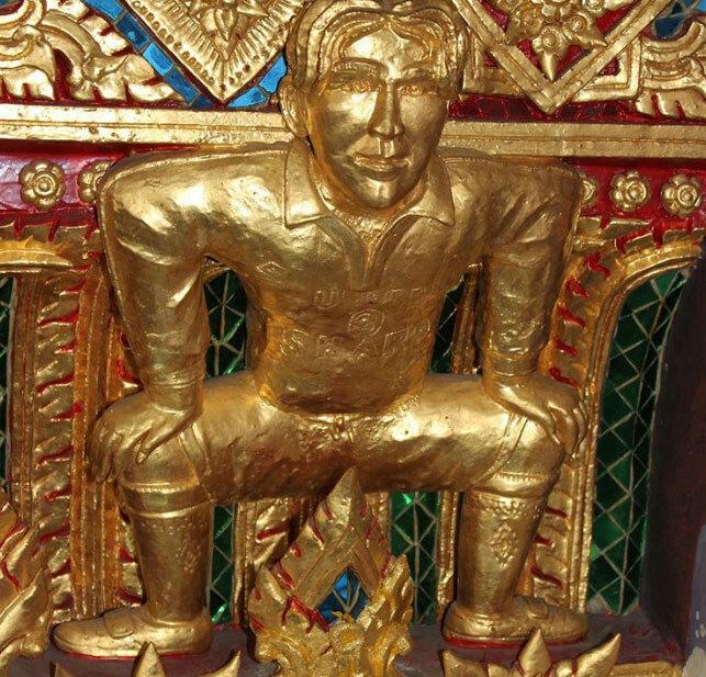 Khách du lịch biết đến ngôi chùa Phật giáo này với tên gọi làchùa David Beckham, tuy nhiên, tên chính thức của nó là Wat Pariwat. Nhà sư đứng đầu ngôi chùa là một fan cứng của câu lạc bộManchester United, vì vậy ông quyết định đặt một hình nhỏ của David bên trong ngôi chùa, sơn vàng bên ngoài. Sau đó, nơi này trở nên nổi tiếng, thu hút du khách xa gần.