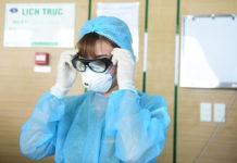 Nhân viên y tế mặc đồ bảo hộ vàokhu vực cách ly bệnh nhân viêm phổi tại Bệnh viện Bệnh Nhiệt đới Trung ương cơ sở 2. Ảnh: Giang Huy.