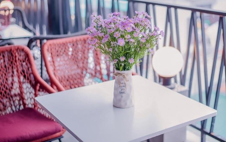 Mỗi bàn đều có hoa tươi để tô điểm không gian sống ảo của giới trẻ thêm thơ mộng.