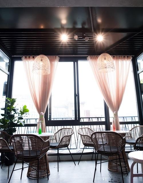 Các rem cửa, đèn chùm, bàn ghế hay vật trang trí... vừa có nét cổ điển lãng mạn, vừa hiện đại.