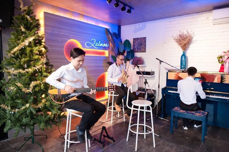 Mỗi cuối tuần (thứ 7, chủ nhật), Quinoa thường tổ chức chương trình văn nghệ dành cho những tâm hồn yêu ca hát.
