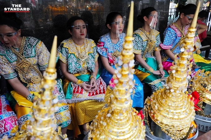 [Caption]Tại đây có đoàn múa cầu khấn giúp người đi lễ với mục đích cầu bình an, hạnh phúc và sức khỏe. Một đoạn mùa có giá 200 baht (khoảng 140.000 đồng).