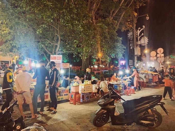 [Caption]Ngay đầu chợ đêm,