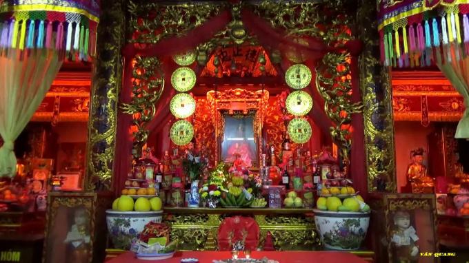 Không gian thờ phía bên trong đền. Ảnh: youtube