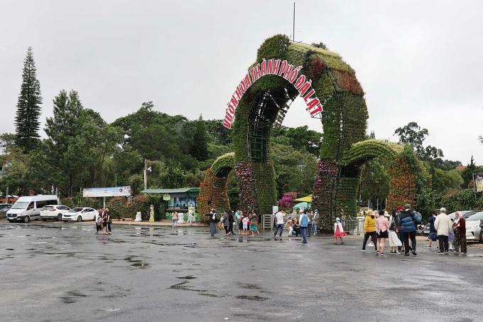 Vườn hoa TP Đà Lạt, điểm tham quan nổi tiếng lác đác vài nhóm du khách tham quan trong sáng 1/8. Ảnh: VnExpress.