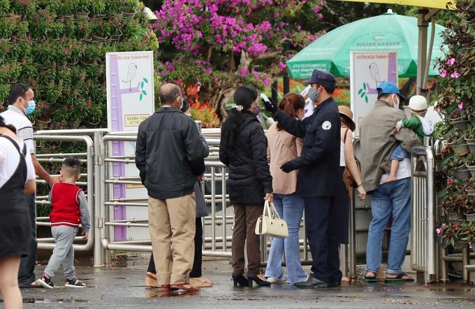 Sáng 1/8 nhiều điểm tham quan ở Đà Lạt kiểm tra thân nhiệt đối với du khách. Ảnh: VnExpress.