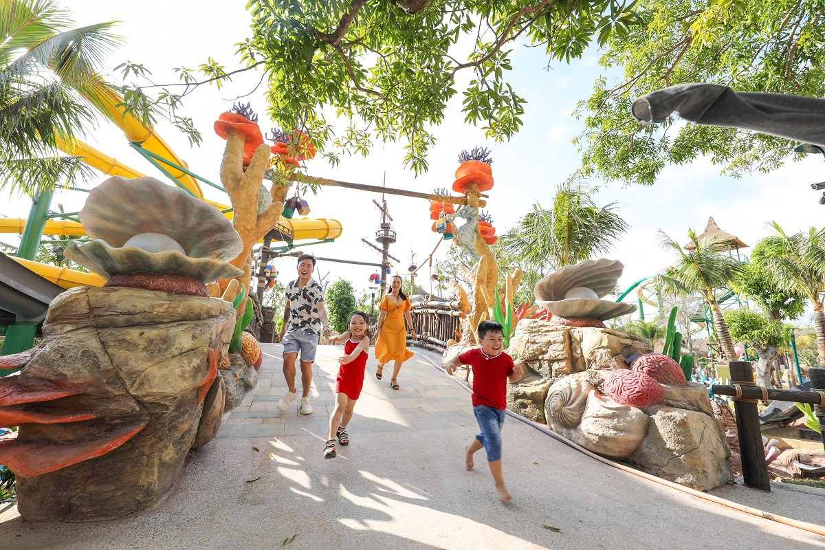 Bên cạnh các bãi biển, du khách có thể tới những công viên vui chơi giải trí hàng đầu khu vực đều có mặt ở Phú Quốc. Bạn sẽ phải dành 2 tới 3, 4 ngày để khám phá. Ở Nam Đảo, thiên đường du lịch Sun World Hon Thom Nature Park với nhiều trải nghiệm sẽ khiến du khách mê say quên lối về.  Aquatopia Water Park - công viên nước hiện đại nhất Đông Nam Á (nằm cùng hành trình trải nghiệm cáp treo Hòn Thơm và Bãi Trào) với hơn 20 trò chơi hiện đại đến từ các nhà sản xuất hàng đầu thế giới, 6 khu check-in theo chủ đề hoang đảo huyền bí và thổ dân hoang dã cùng hệ thống nhà hàng phong phú sẽ khiến cả gia đình hay nhóm bạn đều mê tít.
