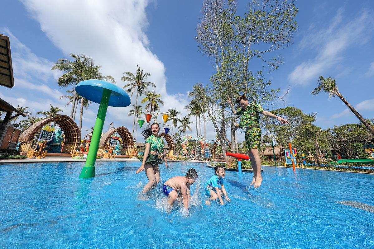 Giá vé trọn gói để trải nghiệm tổ hợp giải trí tại Hòn Thơm là 400.000 đồng/người lớn, trẻ em cao trên 1,4m, và 300.000 đồng cho trẻ em cao 1 - 1,4m, trẻ em dưới 1m được miễn phí. Vé vào cửa đã bao gồm dịch vụ cáp treo, tham quan Sun World Hon Thom Nature Park và vui chơi tại công viên nước Aquatopia.